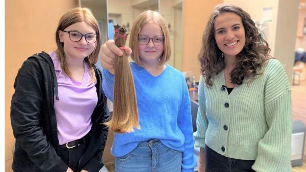 Mona durfte dabei sein, als Mailin (M.) ihre Haare für Carla spendete. | Rechte: WDR/tvision