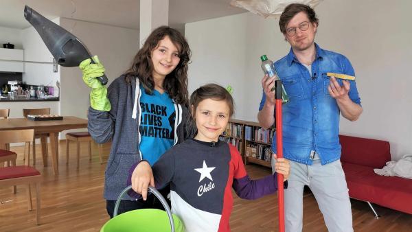 Hannah-Cecilia und Inti fragen sich, ob sie im Haushalt helfen müssen. Beim Putzen packt Reporter Robert direkt mit an. | Rechte: WDR/tvision