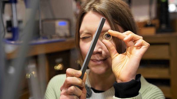 Beim Goldschmied darf Jana selbst einen Ring fertigen. Nach dem Gießen muss dieser natürlich noch mit einer Feile in Form gebracht und poliert werden. | Rechte: WDR/tvision