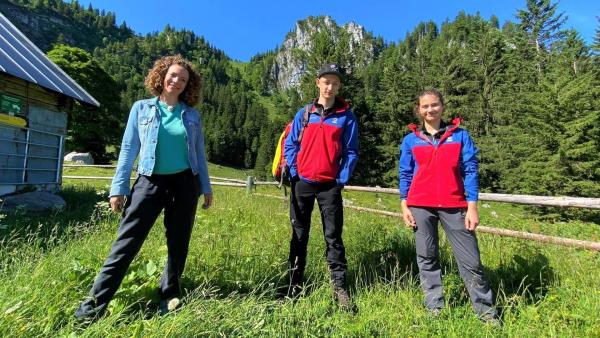 Reporterin Gesa (links) unterstützt Korbinian und Sophia von der Jugendgruppe der Bergwacht Tölz bei einer Übung im Gelände. | Rechte: WDR/tvision