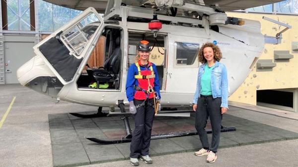 Reporterin Gesa (rechts) besucht die Bergretterin Kristina. | Rechte: WDR/tvision
