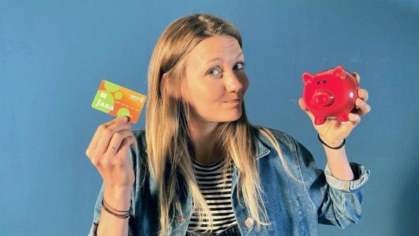 Reporterin Jana findet heraus, wie ihr gespartes Bargeld auf die Girokarte kommt. | Rechte: WDR/tvision