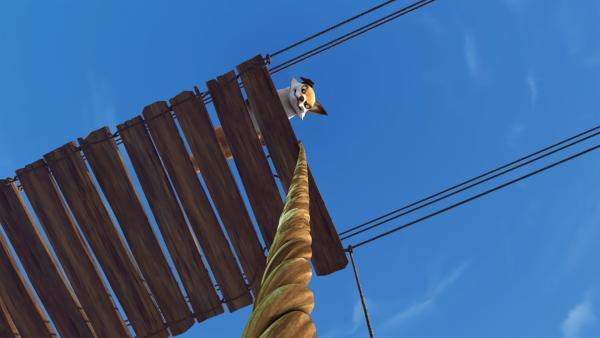 Smirre bringt Akka in große Bedrängnis. Sie stürtzt von einer Brücke und verfängt sich mit dem Fuß in einem Seil. | Rechte: BR/Studio 100 Animation/Studio 100 NV