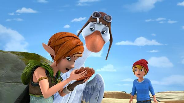 Lina findet eine Lindamala-Muschel. Damit kann man sich auch über weite Strecken gegenseitig hören.   Rechte: BR/Studio 100 Animation/Studio 100 NV