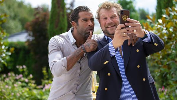 Stanley (Edwin Jonker, li.) und Remko (Bas Keijzer) machen ein Selfie. | Rechte: WDR/The Storytellers Film & TV/Elvin Boer, 2019