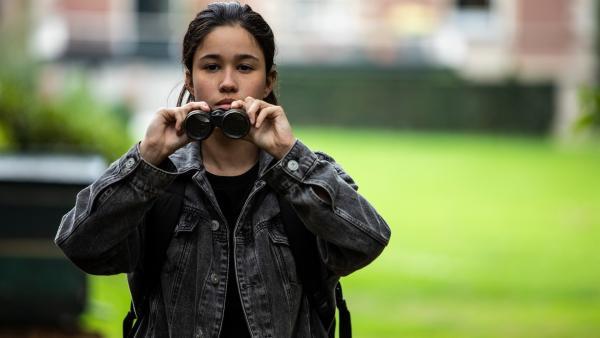 Hunter (Gina Spadaro) beobachtet ein verdächtiges Fahrzeug. | Rechte: WDR/The Storytellers Film & TV/Elvin Boer, 2019