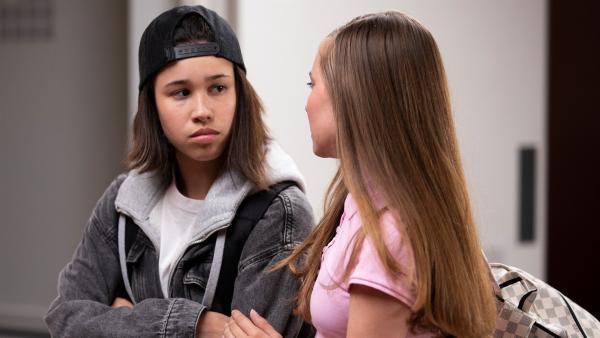 Hunter (Gina Spadaro, li.) ist überrascht, als Christa (Dana Goldberg) sich vor der Kamera zu ihrer besten Freundin erklärt. | Rechte: WDR/The Storytellers Film & TV/Elvin Boer, 2019