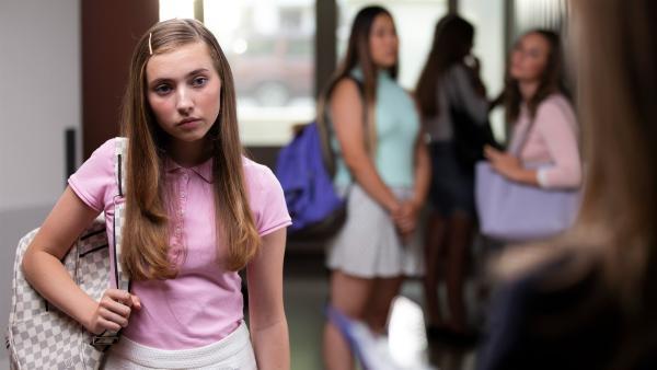 Christa (Dana Goldberg) ist von Hunter in eine peinliche Situation gebracht worden. | Rechte: WDR/The Storytellers Film & TV/Elvin Boer, 2019