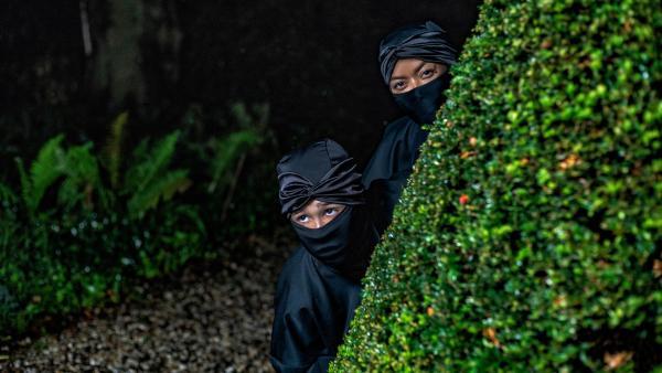 Farah (Denise Aznam, re.) und Hunter (Gina Spadaro, li.) bleiben als Pencak Silat unerkannt. | Rechte: WDR/The Storytellers Film & TV/Elvin Boer, 2019