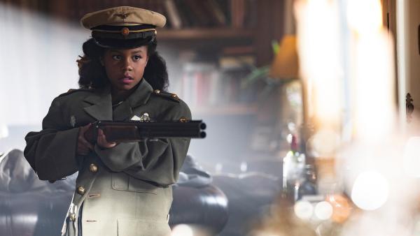 Hunters Stiefschwester Chanel (Chloe Bouterse) bedroht die Tischgesellschaft unvermittelt mit einem Gewehr. | Rechte: WDR/The Storytellers Film & TV/Elvin Boer, 2019