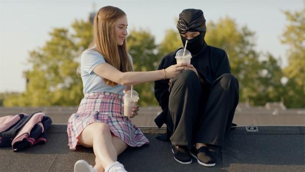 Christa (Gina Goldberg, li. ) freundet sich mit einem der Ninjas (Gina Spadaro, re.) an. | Rechte: WDR/The Storytellers Film & TV/Thomas Leermakers, 2019