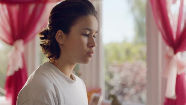 Hunter (Gina Spadaro) überlegt, wie sie ihren Stiefbruder finden kann.   Rechte: WDR/The Storytellers Film & TV/Thomas Leermakers, 2019