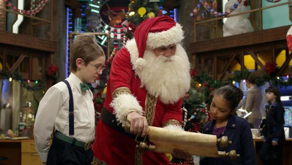 Ms O und Oscar produzieren die Geschenke für Santa, die für seine Werkstatt zu schräg sind. Olive und Otto sollen sie dann zu ihm bringen.  | Rechte: hr/Odd Productions LLC