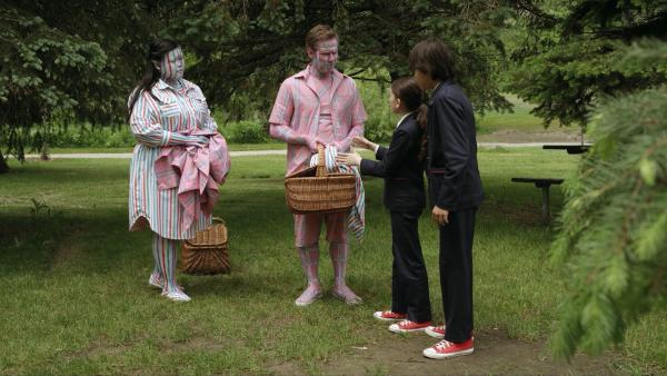 Im Park kommt es zu schrägen Vorfällen: Menschen, die Limo von Glens Limostand trinken verfärben sich genau in den Farben ihrer Kleidung oder Decken. Olive und Otto müssen den Fall lösen. | Rechte: HR/Odd Productions LLC