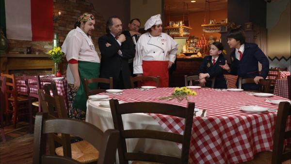 Die Restaurantbesitzer Confalone haben ein Problem: Einer ihrer Tische frisst alles, was darauf steht. Die Odd Squad Agents Otto und Olive sollen helfen. | Rechte: hr/Odd Productions LLC