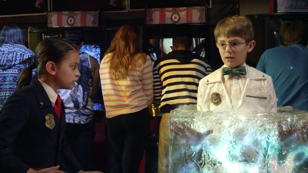 Oscar soll Otto aus einem Spielautomaten befreien, friert sich versehentlich aber in einem Eisblock ein. Nun muss Olive helfen, doch sie kennt sich mit Spielautomaten überhaupt nicht aus.  | Rechte: hr/Odd Productions LLC