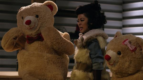 Die Teddybärenfrau bedroht mit ihren gefährlichen Teddys die Stadt. Sie muss gestoppt werden. Leider sind gerade keine Agents frei.  | Rechte: hr/Odd Productions LLC