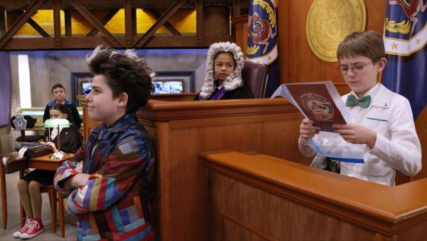 Der Schräge Todd beschuldigt Agent Olive das Museum geschrumpft zu haben. Vor dem Odd Squad Gericht treten beide gegeneinander an. | Rechte: hr/Odd Productions LLC