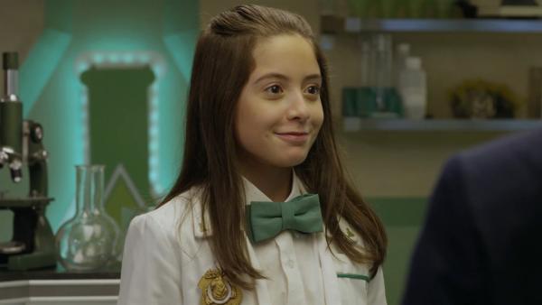 Oona (Olivia Presti) ist Oscars (Sean Michael Kyer) neue Assistentin und ein bisschen tollpatschig. | Rechte: hr/Odd Productions LLC