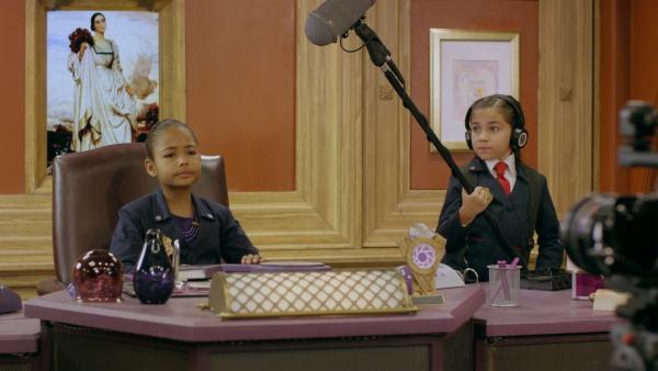 Otis (Isaac Kragten) soll einen Werbespot mit Ms. O (Millie Davis) drehen. Eine furchtbar anstrengende Aufgabe. | Rechte: hr/Odd Productions LLC