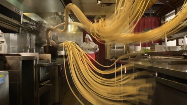Im italienischen Restaurant tritt ein schwerwiegendes schräges Problem auf. | Rechte: hr/Odd Productions LLC