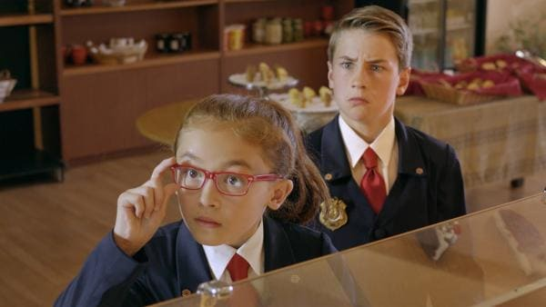 Olympia (Anna Cathcart) und Otis (Isaac Kragten) wundern sich, dass so viele ihnen bei der Lösung behilflich sein wollen. | Rechte: hr/Odd Productions LLC