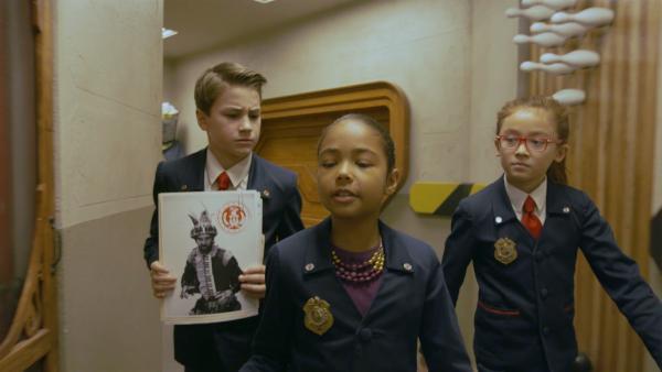 Olympia (Anna Cathcart) und Otis (Isaac Kragten)  sollen den Bösewicht Krachmacher ins Bösewichtschutzprogramm aufnehmen. | Rechte: hr/Odd Productions LLC