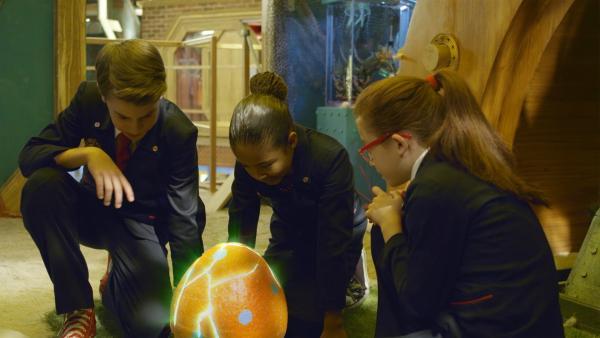 Ein riesiges Ei ist kurz vor dem Schlüpfen. Olympia (Johanna von Rosenberg-Lipinsky), Otis (Tom Wiedemann ) und Ms. O (Kassandra Ullmer) sind sehr besorgt. Was wohl herauskommt? | Rechte: hr/Odd Productions LLC