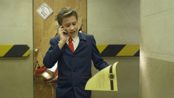 Otis (Tom Wiedemann ) hat mal wieder vergessen, seinen Papierkram zu erledigen. So kann er nicht Agent des Monats werden.   Rechte: hr/Odd Productions LLC