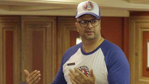 Doug (Ali Hassan), der Sandwichlieferant braucht Hilfe. Er muss seine Sandwiches im Hauptquartier produzieren. | Rechte: hr/Odd Productions LLC
