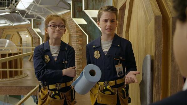Olympia (Anna Cathcart) und Otis (Isaac Kragten) tauschen einen Tag mit Odd Squad Wartungstechnikern. Ein sehr anstrengender Job.   Rechte: hr/Odd Productions LLC