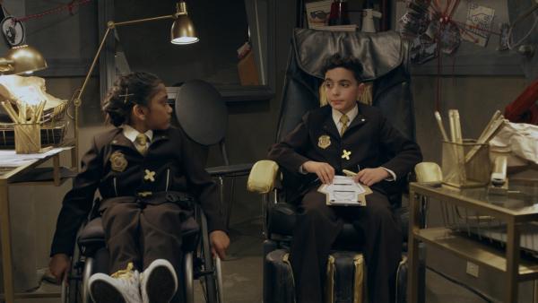Die Agents Xena (Sheena Darnley) und Xavier (Leonidas Castrounis) wurden vom Ober O geschickt, um die Finanzen im Hauptquartier zu überprüfen. Leider sind sie selbst sehr verschwenderisch. | Rechte: hr/Odd Productions LLC
