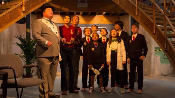 Die Agents, der Bürgermeister (Seán Cullen) und der Verrückte Tom (Jack McBrayer) werden Zeugen, wie die gefährlichen Kreaturen, die Daves, aus dem Hauptquartier ausbrechen. Die Welt ist in Gefahr! | Rechte: hr/Odd Productions LLC