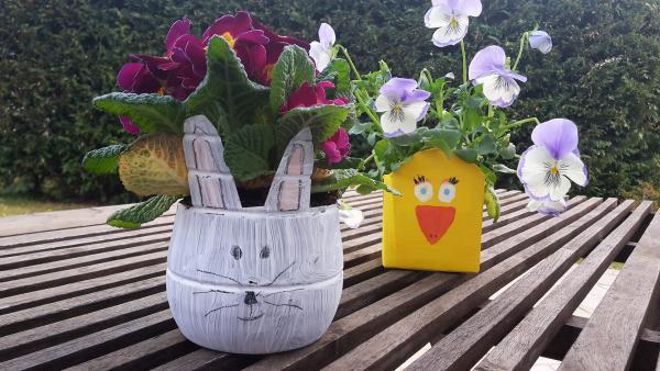 selbstgemachte Blumentöpfe aus Plastikverpackung und Getränkekarton als Hase und Küken | Rechte: KiKA