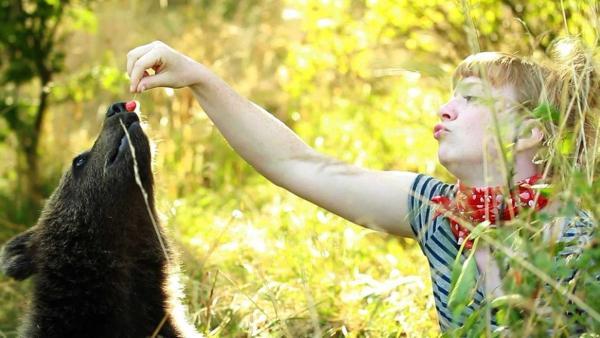 Bärengeschwister: Bärenhunger / Paula füttert Bär mit einer Kirsche | Bild: TEXT + BILD Medienproduktion | Rechte: TEXT + BILD Medienproduktion