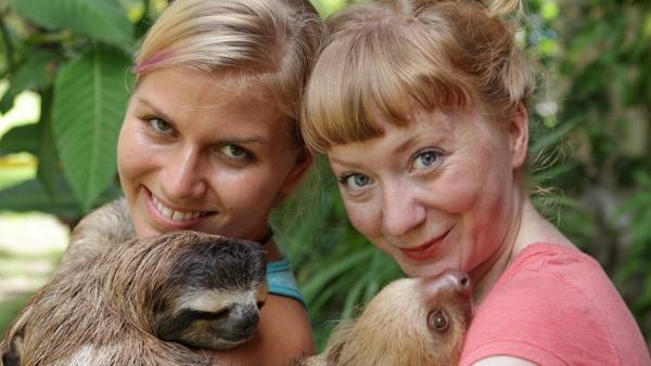 Fit wie ein Faultier / Chris und Paula mit zwei Faultieren aus einer Auffangstation in Costa Rica | Bild: TEXT + BILD Medienproduktion | Rechte: TEXT + BILD Medienproduktion