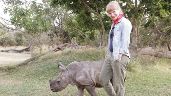 Ganz nah am Nashorn/Paula begleitet ein kleines Nashorn   Bild: TEXT + BILD Medienproduktion   Rechte: TEXT + BILD Medienproduktion