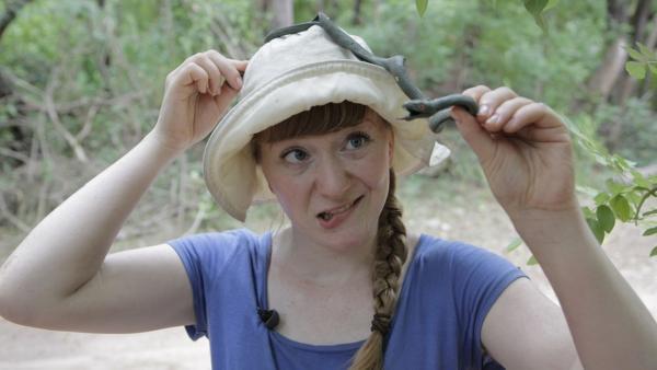 Vorsicht, Schlange! / Paula hat gelernt, wie man mit giftigen, ungiftigen und Plastikschlangen umgeht.   Bild: TEXT + BILD Medienproduktion   Rechte: TEXT + BILD Medienproduktion