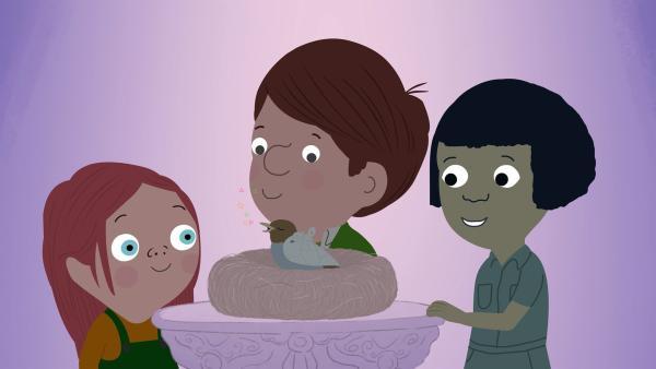 Valerie, Jimmy und Fenja versuchen alles, um ein kleines, verletztes Vögelchen zum Singen zu bringen. | Rechte: KiKA/Igloo Productions Ltd.
