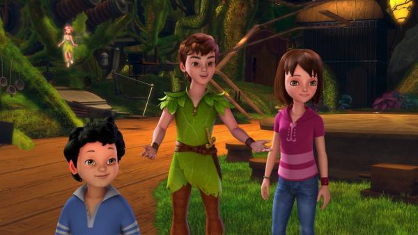 Peter Pan (Mi.) mit Wendy (re.) und ihrem kleinen Bruder Peter | Rechte: ZDF/method Film / DQ Entertainent
