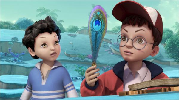 John und Michael betrachten die Zauberfeder.   Rechte: ZDF/method Film/DQ Entertainment