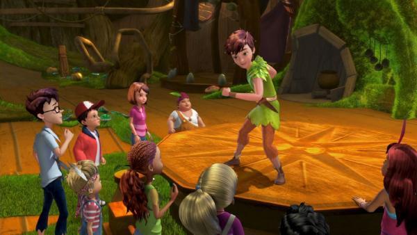 Peter Pan tanzt den Verlorenen Kindern in Nimmerland etwas vor. | Rechte: ZDF/method Film/DQ Entertainment