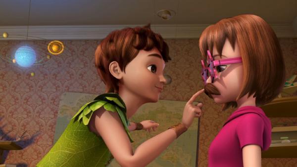 Peter Pan fordert Wendy zum Schweigen auf. | Rechte: ZDF/method Film/DQ Entertainment