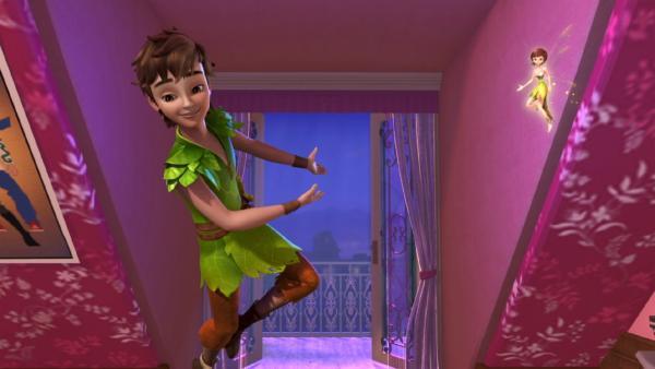 Voller Tatendrang fliegt Peter Pan mit Tinker Bell bei den Darling-Kindern zum Fenster herein. | Rechte: ZDF/method Film/DQ Entertainment