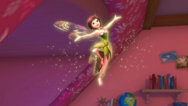 Die Elfe Tinker Bell dreht eine Pirouette an der Decke des Darling-Kinderzimmers.   Rechte: ZDF/method Film/DQ Entertainment
