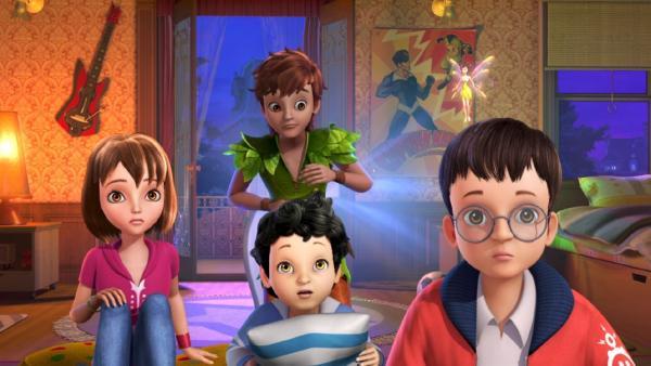 Peter Pan schaut mit Wendy, Michael, John und Tinker Bell fasziniert einen Film im Fernsehen an. | Rechte: ZDF/method Film/DQ Entertainment