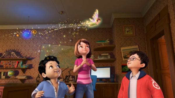 Die Darling-Kinder Wendy, Michael und John schauen fasziniert der Feenstaub sprühenden Tinker Bell zu. | Rechte: ZDF/method Film/DQ Entertainment