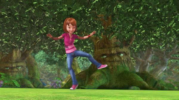 Obwohl Lily sie gewarnt hat, tanzt und summt Wendy weiter vor dem Chor der alten Eichen. Hoffentlich stört sie nicht die Harmonie der Sphären.   Rechte: ZDF/DQ Entertainment