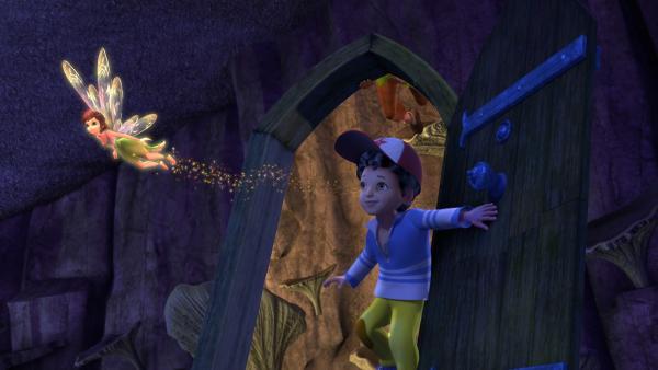 Die Monstertür treibt ihr Unwesen in Nimmerland. Wenn man durch sie durchgeht, kommt man in die Nachtwelt. Tinker Bell und Michael wollen ihre Freunde retten, die zuvor von der Monstertür verschlungen wurden. | Rechte: ZDF/DQ Entertainment
