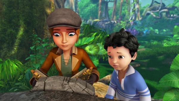 Sienna hat Michael dazu gebracht, ihr das Große Buch zu bringen. Mit Hilfe des Buches will Sienna die Zeichen auf der Steinplatte vor ihr entziffern.   Rechte: ZDF/DQ Entertainment